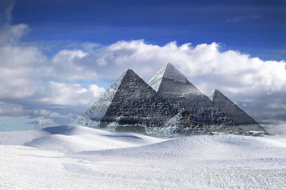 Egipt. Piramidy zimą.
